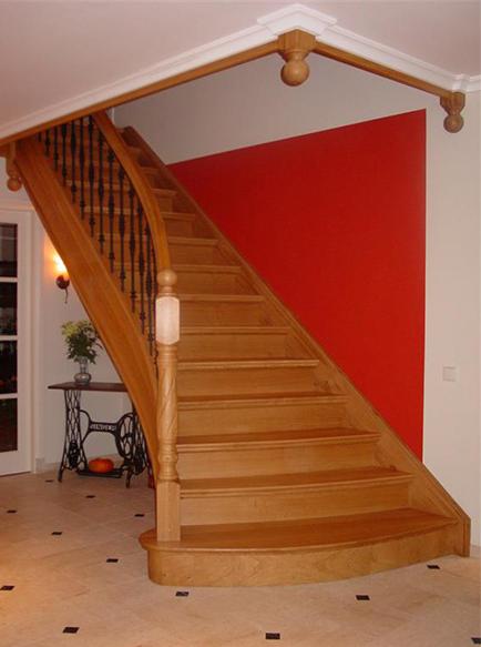 Houten trappen de stap naar boven een houten trap op for Houten trappen op maat gemaakt