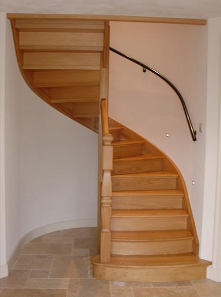 Trappen de stap naar boven een houten trap op maat for Trap naar boven